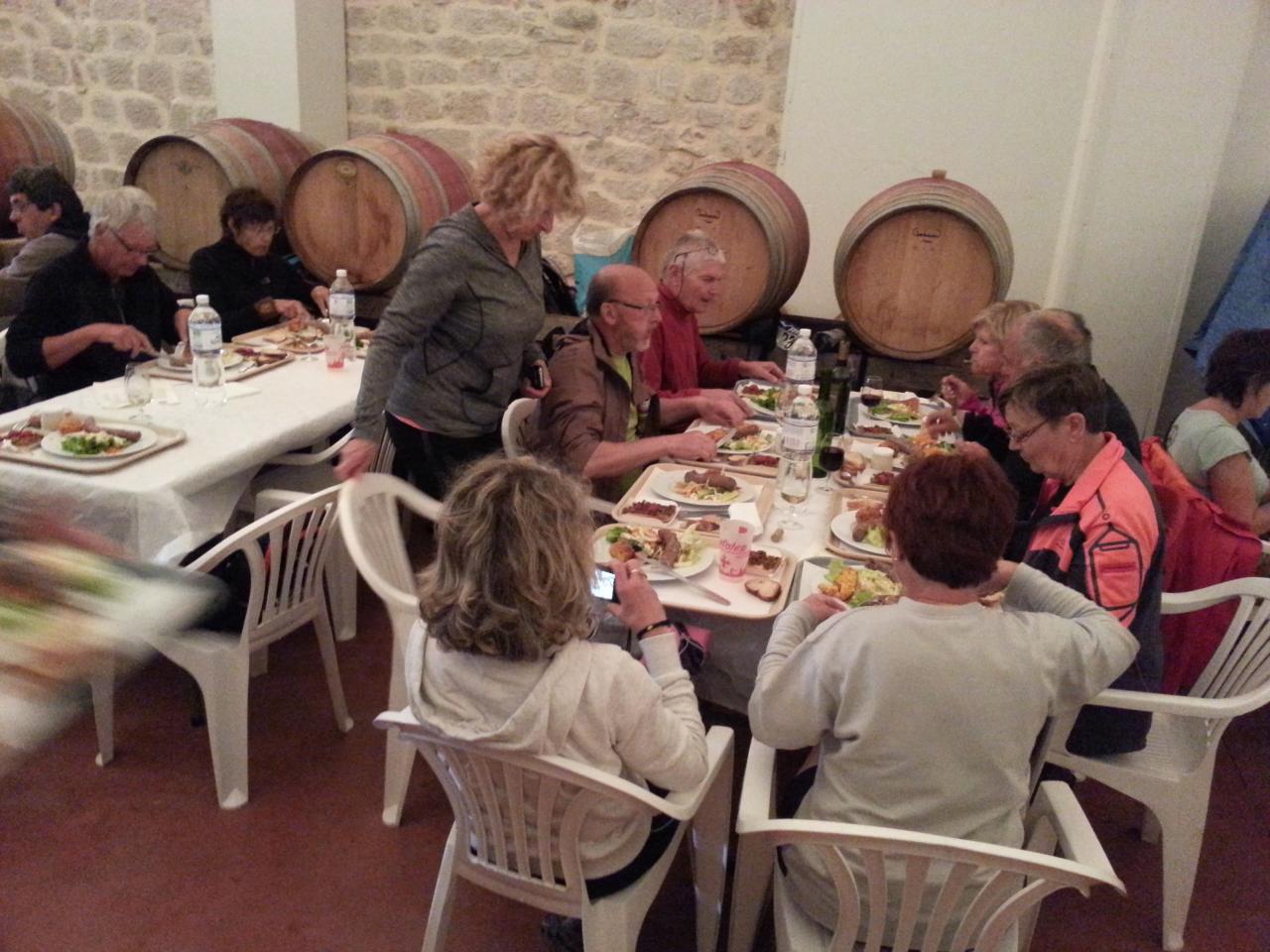 repas dans la cave du vigneron