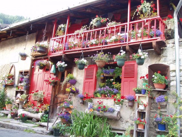 Une maison très fleurie à Montroc, village de départ de notre périple
